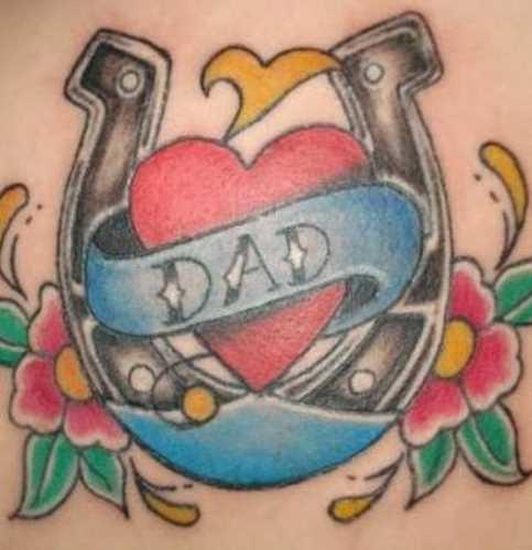 Tatuagem nas coxas da menina - ferradura, o coração e a inscrição