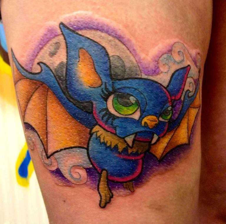 Tatuagem nas coxas da menina - morcego