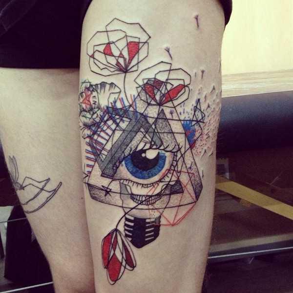 Tatuagem nas coxas da menina - o triângulo e o olho