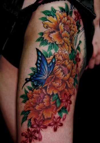 Tatuagem nas coxas da menina - peônias e borboleta