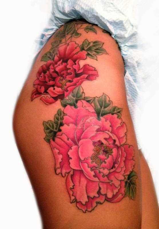 Tatuagem nas coxas da menina - peônias