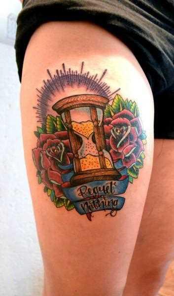 Tatuagem nas coxas da menina - relógio de areia, o sol, a rosa e a inscrição