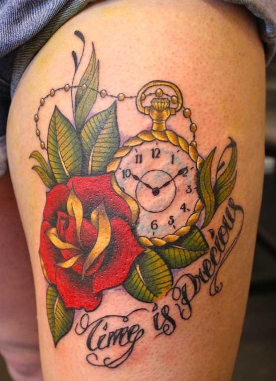 Tatuagem nas coxas da menina - relógio de bolso, rosa e inscrição