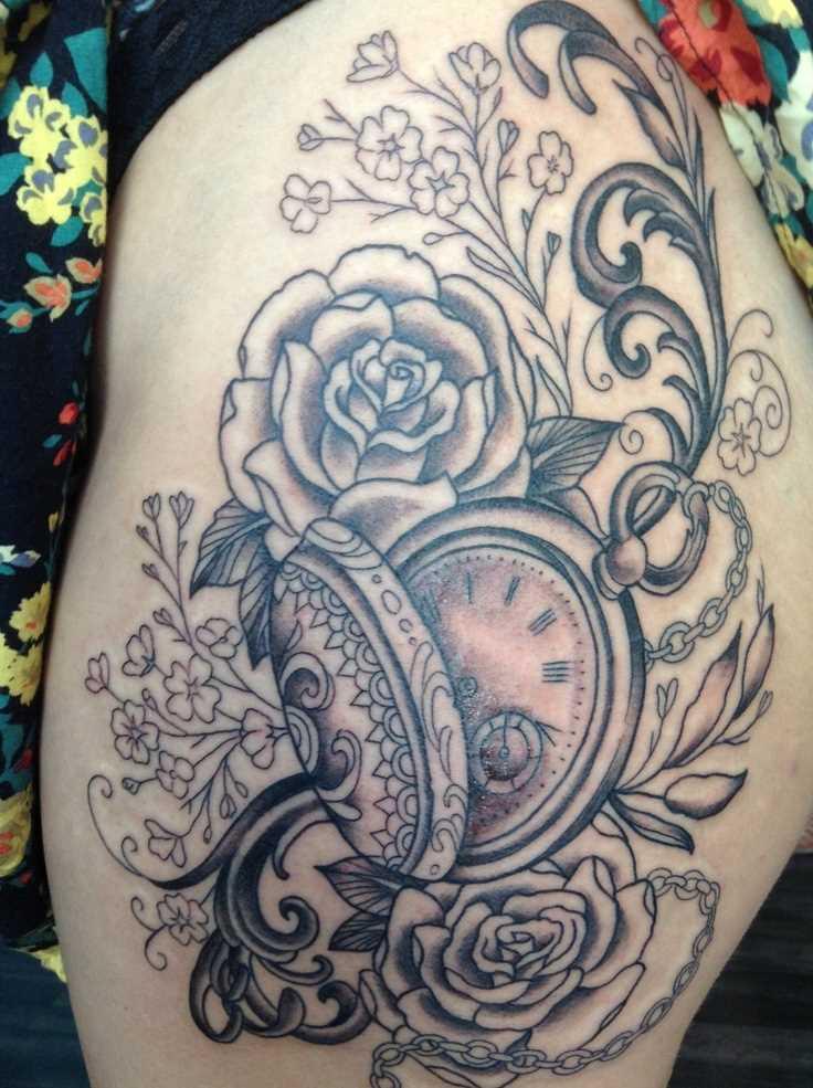 Tatuagem nas coxas da menina - relógio e rosas