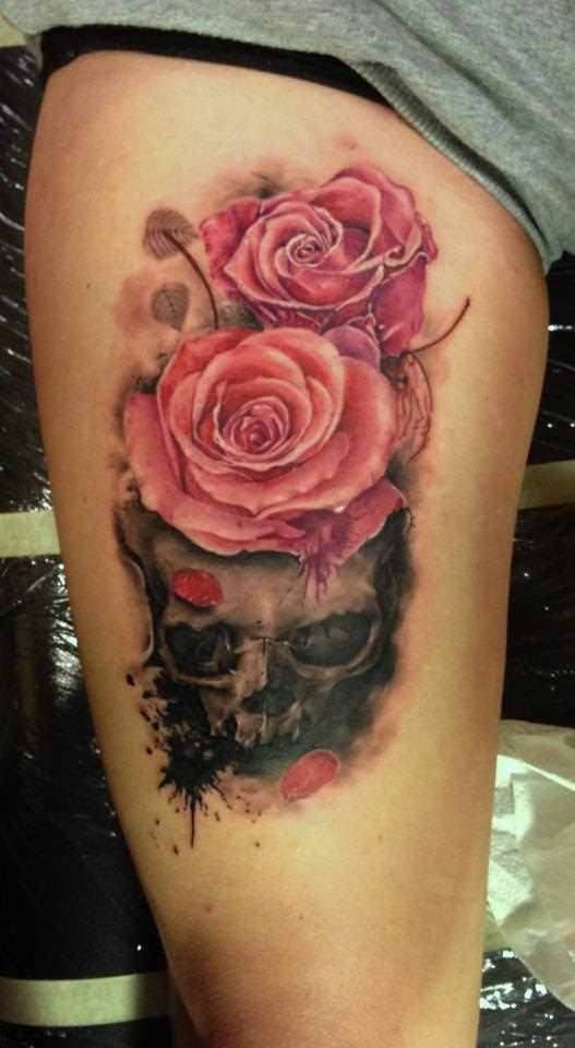Tatuagem nas coxas da menina - rosa e o crânio