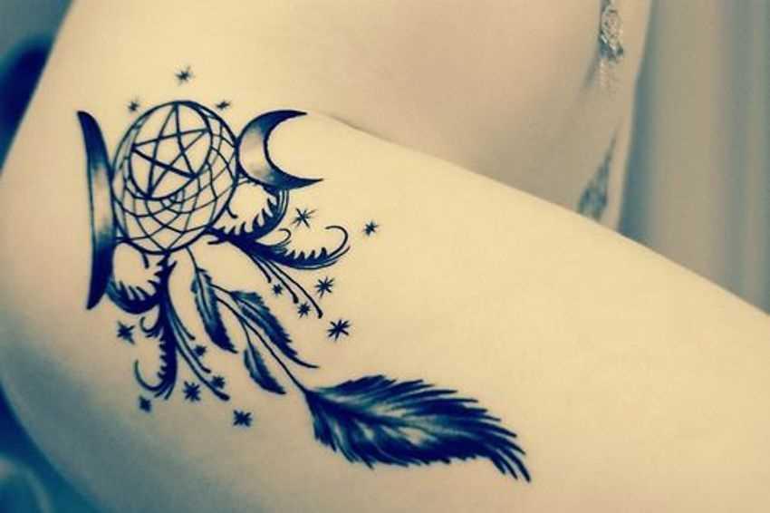 Tatuagem nas coxas da menina - um pentagrama no lovtse sonhos