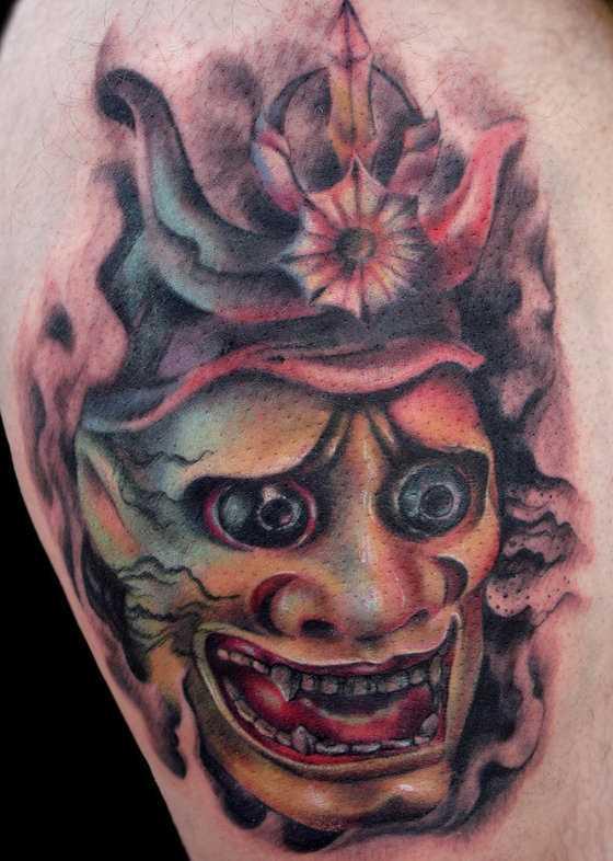 Tatuagem nas coxas do cara - máscara