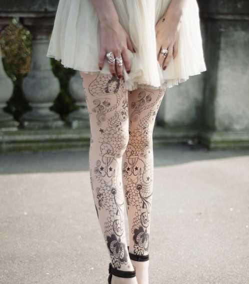 Tatuagem nas pernas da menina - calças com padrões e âncoras