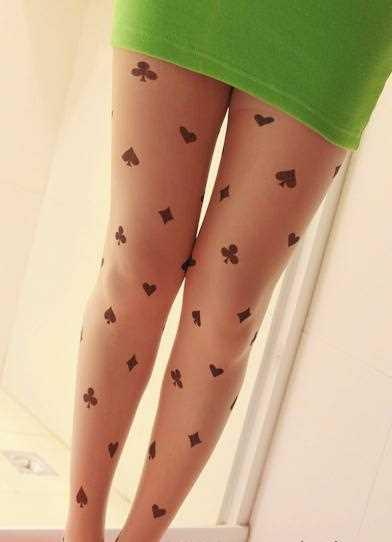 Tatuagem nas pernas da menina - meia-calça com algumas kartochnymi