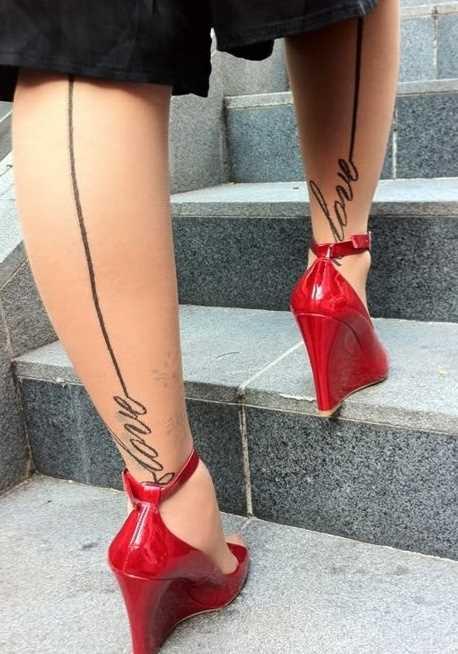 Tatuagem nas pernas da menina - meias com a inscrição