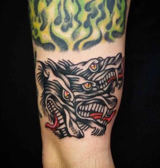 Tatuagem negativo na mão de um cara