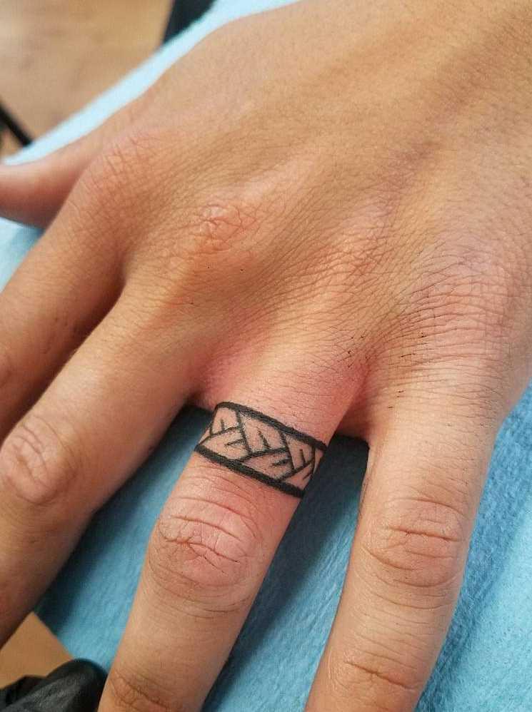 Tatuagem no anel de terceiro dedo do cara