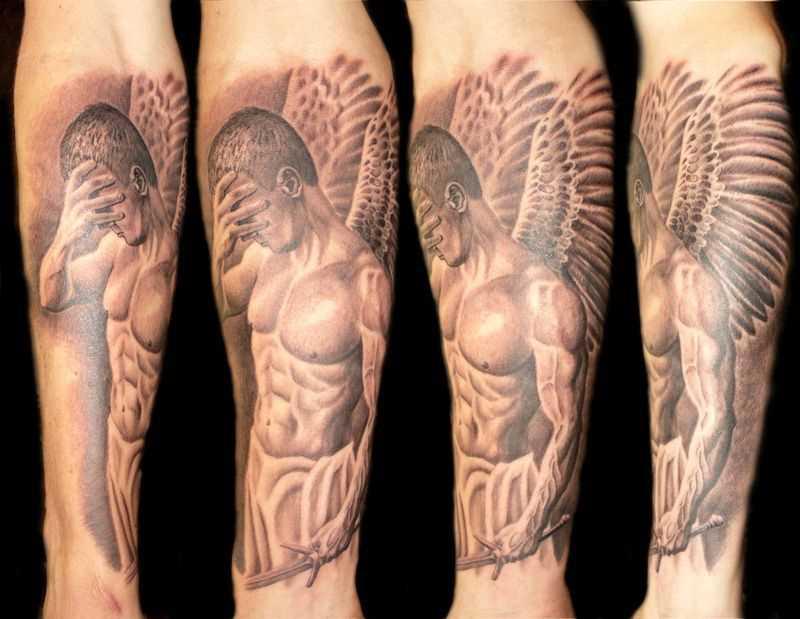 Tatuagem no antebraço a menina - anjo em forma de uma bela cara com a espada