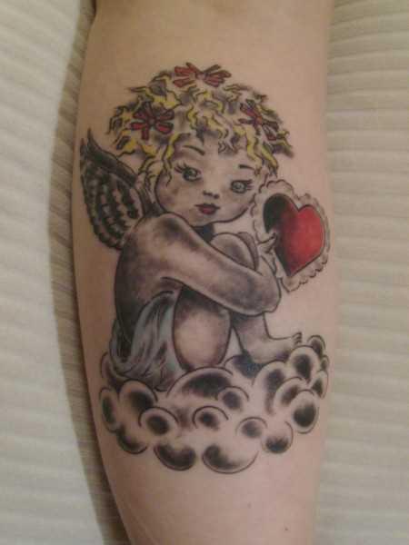 Tatuagem no antebraço a menina - anjo na forma de uma criança com um coração