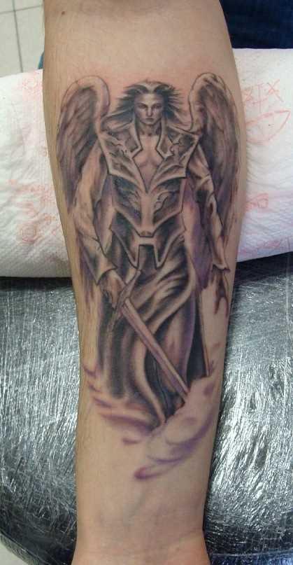 Tatuagem no antebraço a menina - anjo-um guerreiro com uma espada