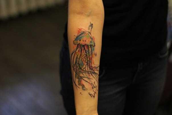 Tatuagem no antebraço, as meninas - água-viva