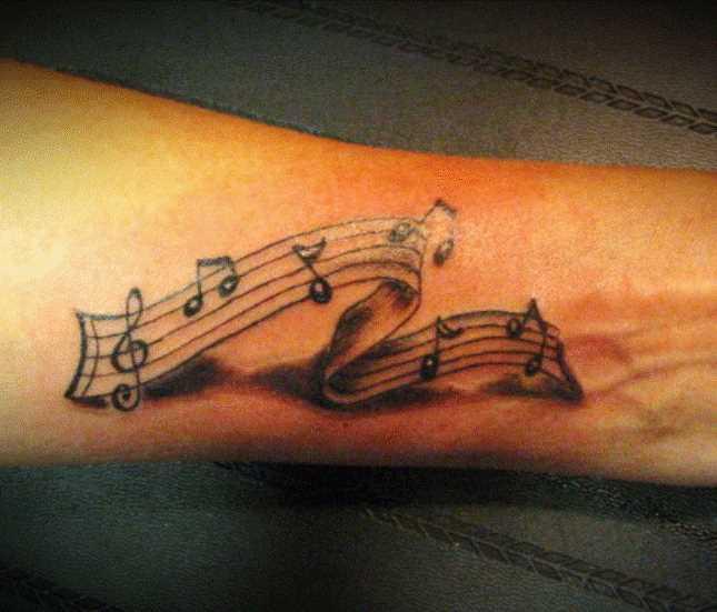 Tatuagem no antebraço, as meninas - as notas e a clave de sol