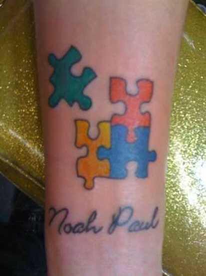 Tatuagem no antebraço, as meninas quebra - cabeças e inscrição