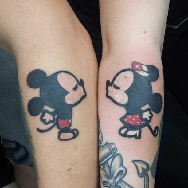 Tatuagem no antebraço, as meninas - rato Mickey e Minnie Mouse