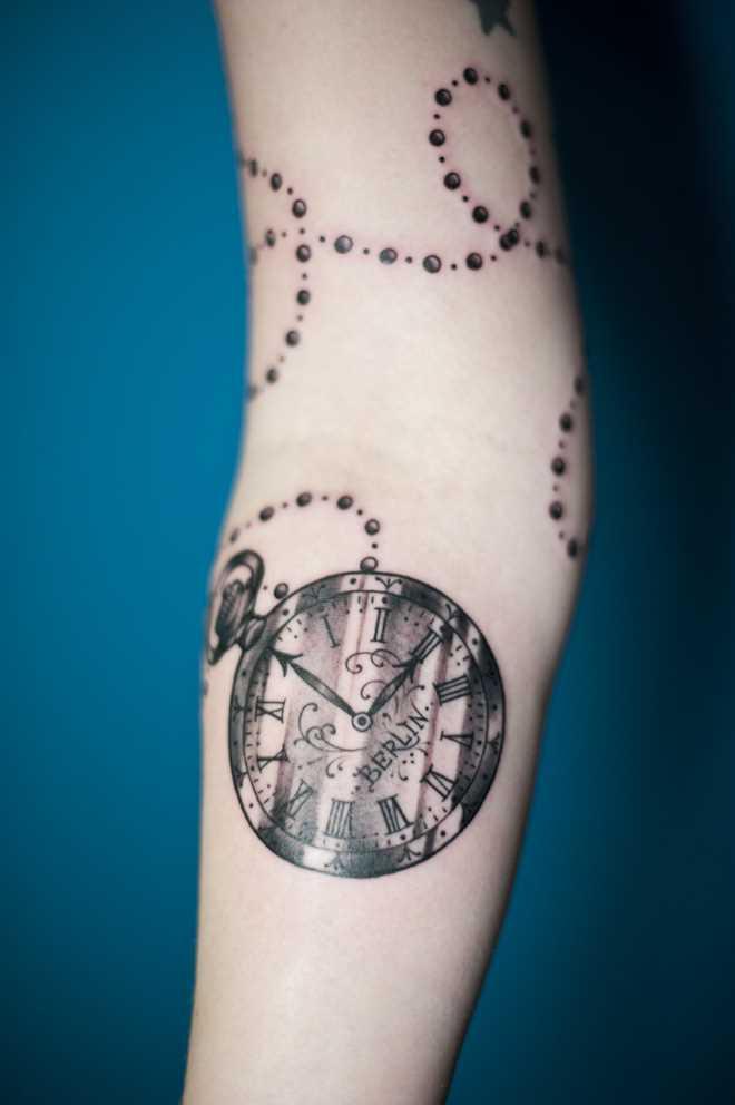 Tatuagem no antebraço, as meninas - relógio de bolso
