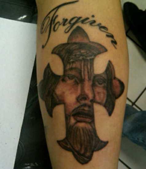 Tatuagem no antebraço cara - a cruz e o rosto de Jesus, que ele
