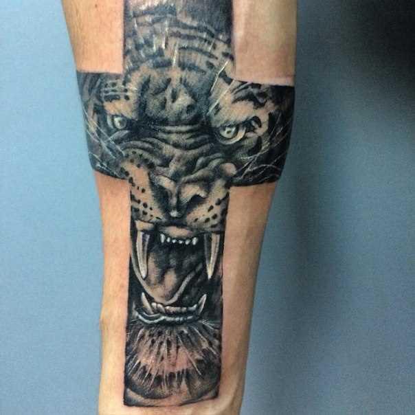 Tatuagem no antebraço cara - a cruz e o tigre