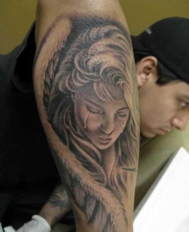 Tatuagem no antebraço cara - chorando anjo