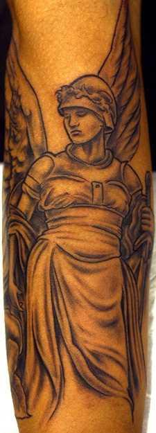 Tatuagem no antebraço cara - de- anjo com a espada