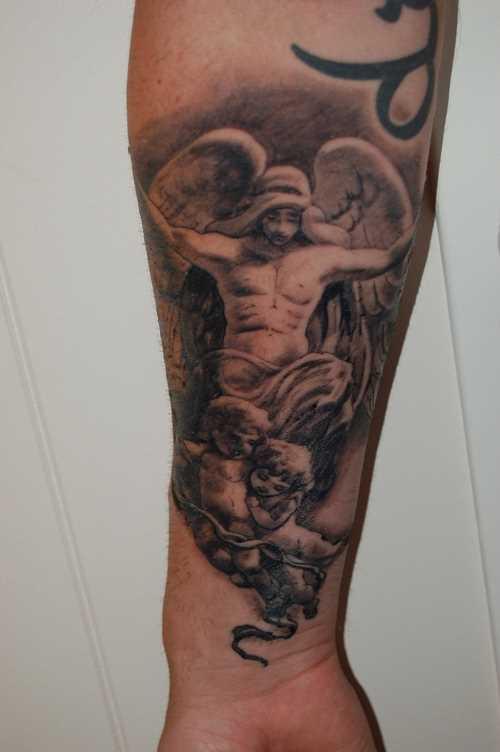 Tatuagem no antebraço cara - de- anjo e as crianças