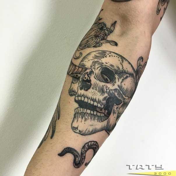 Tatuagem no antebraço cara de crânio