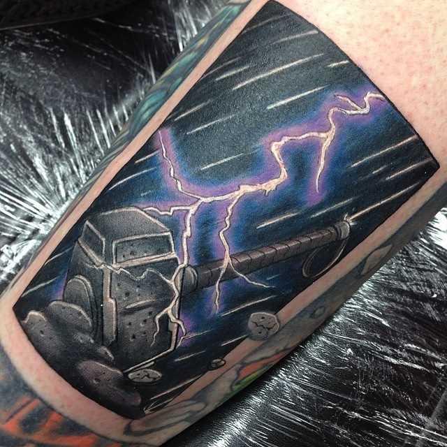 Tatuagem no antebraço cara - de-martelo e o relâmpago