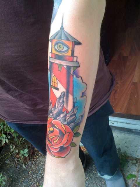 Tatuagem no antebraço cara - farol, de rosa e os olhos