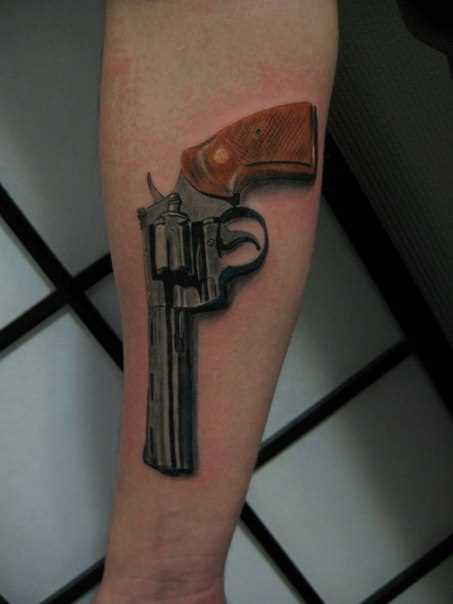 Tatuagem no antebraço cara - revólver