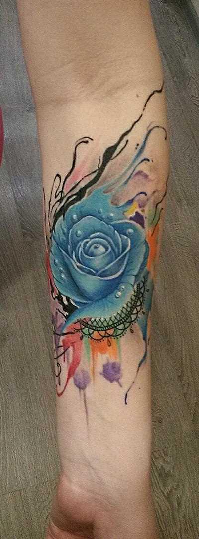 Tatuagem no antebraço da menina - flor