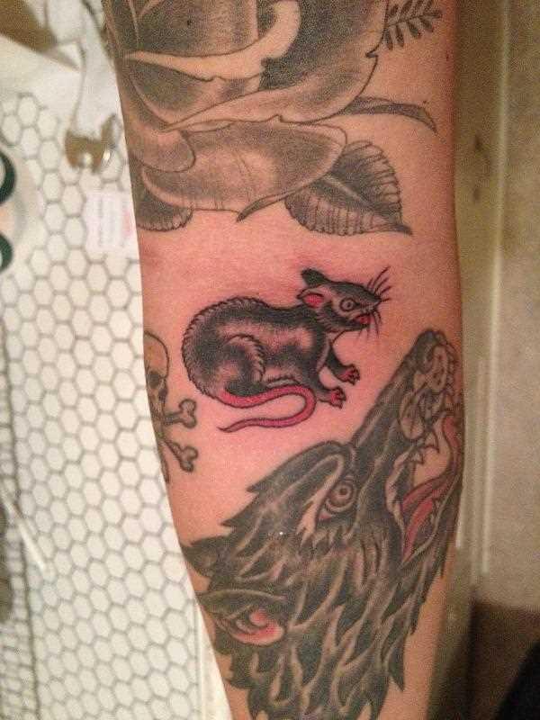 Tatuagem no antebraço da menina - o rato