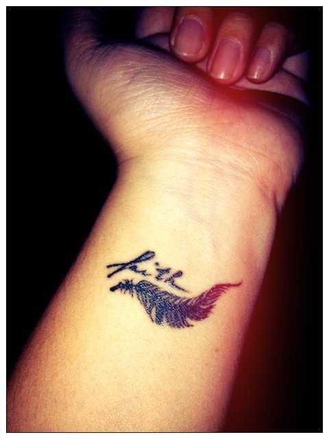 Tatuagem no antebraço da menina - pequena pena
