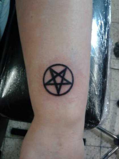 Tatuagem no antebraço da menina - pequena pentagrama