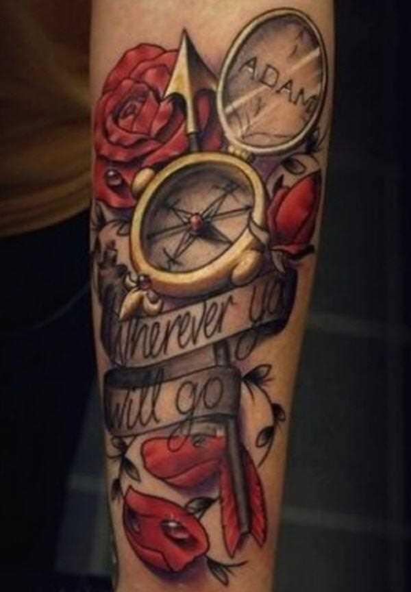 Tatuagem no antebraço da menina - rosa, a bússola, a flecha e a inscrição