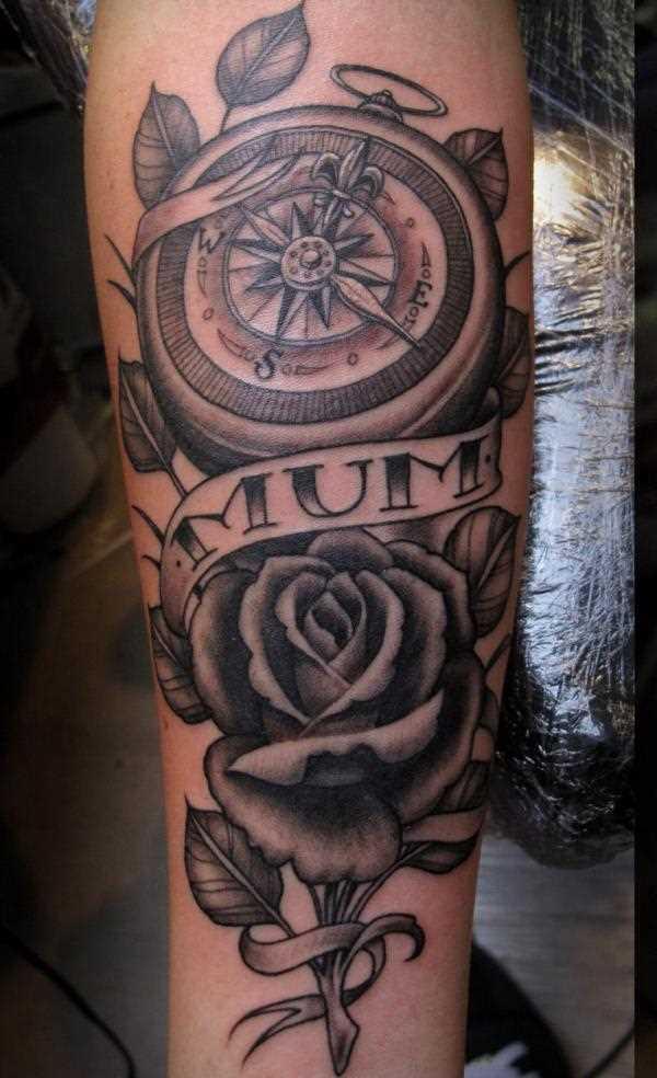 Tatuagem no antebraço da menina - rosa, a bússola e a inscrição