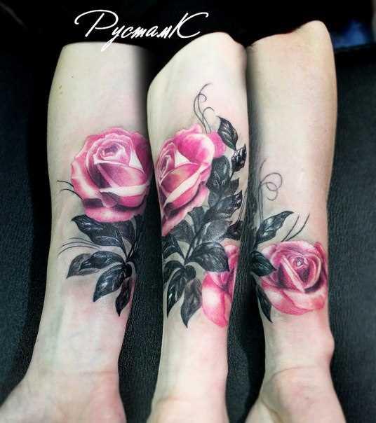Tatuagem no antebraço da menina - rosa em estilo 3d