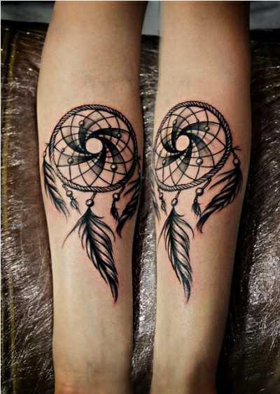 Tatuagem no antebraço de uma menina - o apanhador de sonhos