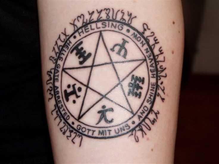Tatuagem no antebraço de uma menina - o pentagrama, símbolos e inscrição
