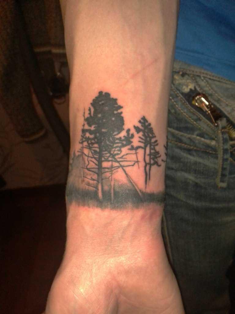 Tatuagem no antebraço do cara - árvores