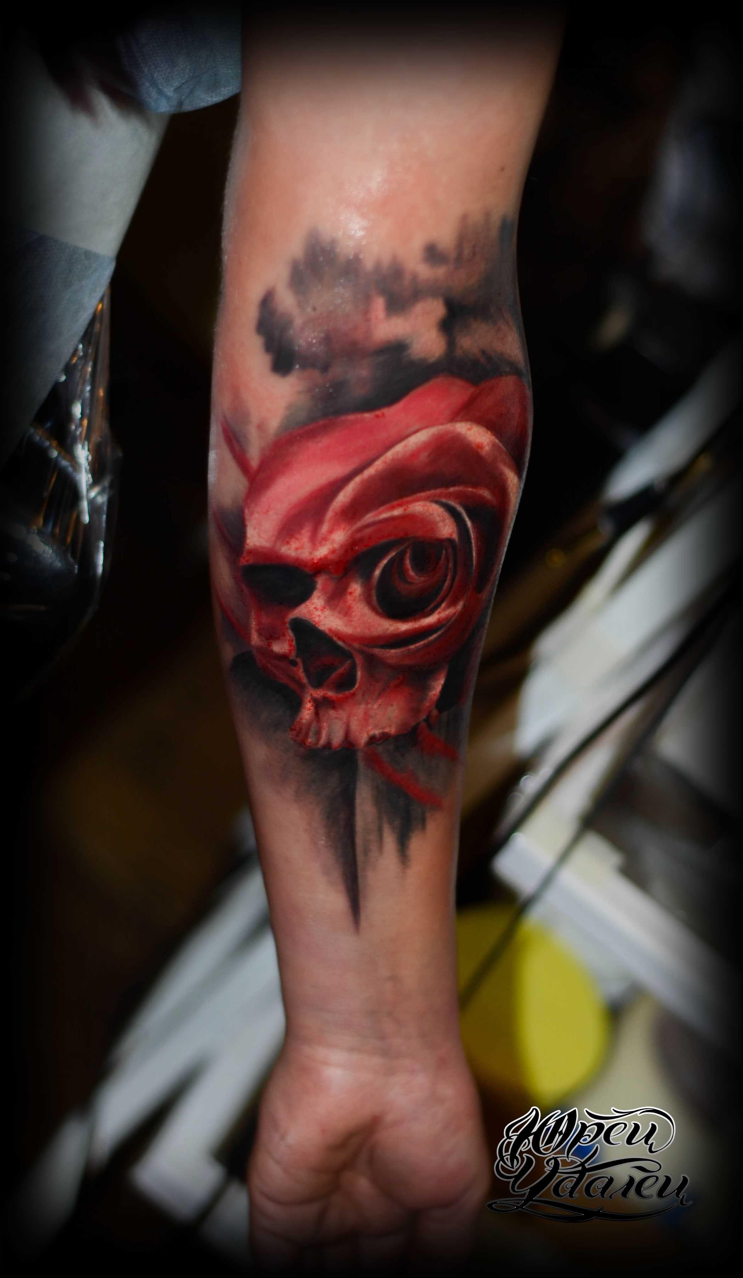 Tatuagem no antebraço do cara - caveira vermelha