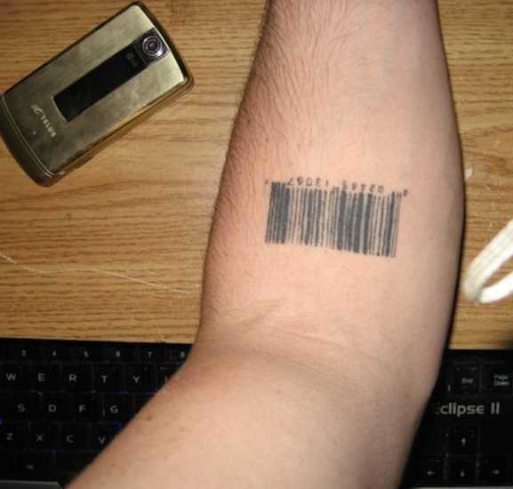 Tatuagem no antebraço do cara - código de barras