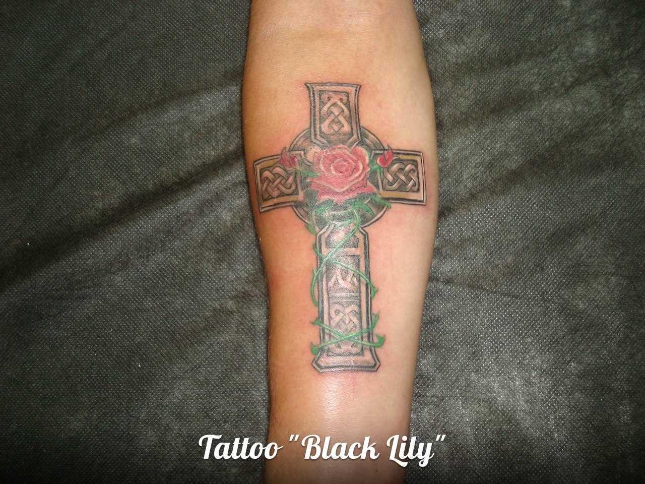 Tatuagem no antebraço do cara - cruz