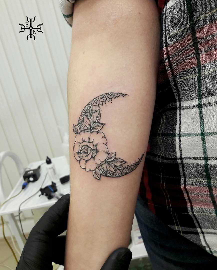 Tatuagem no antebraço do cara - da-lua e rosa