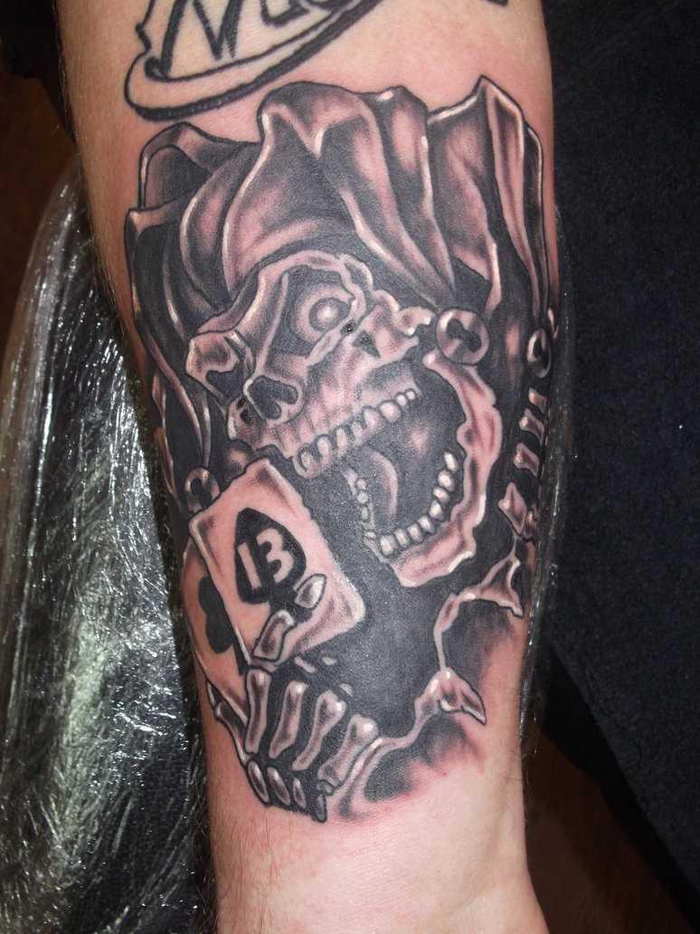 Tatuagem no antebraço do cara - de caveira coringa