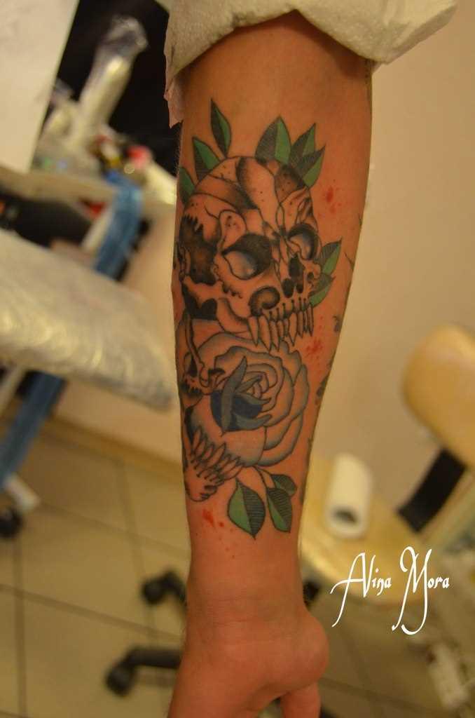 Tatuagem no antebraço do cara - de crânio e rosa