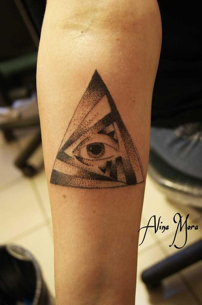 Tatuagem no antebraço do cara - de olho